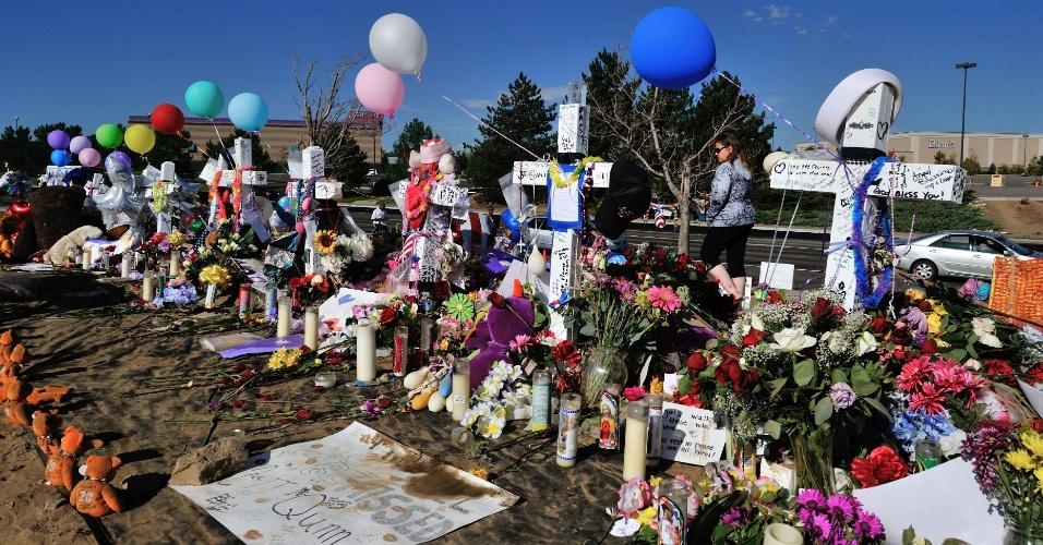 26.jul.2012 - Homenagens foram deixadas nesta quinta-feira (26) em frente ao cinema onde ocorreu o massacre de Aurora, no Colorado (Estados Unidos), onde 12 pessoas foram mortas por um atirador na sexta passada (20)