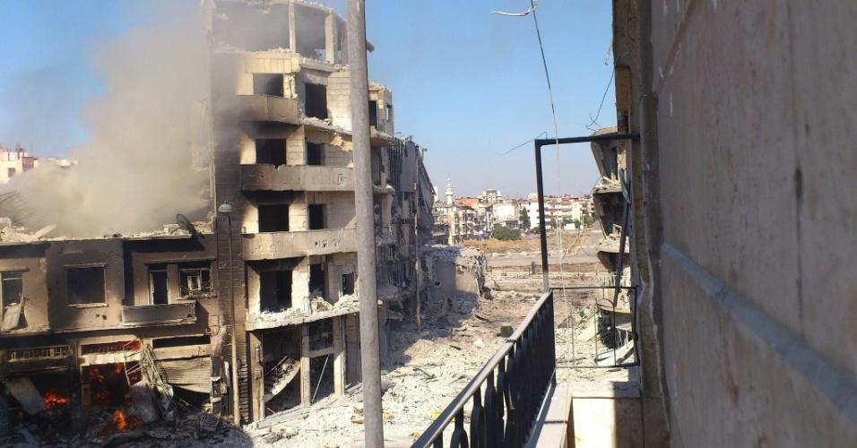 26.jul.2012 - Imagem divulgada nesta quinta-feira (26), mostra prédio em chamas após conflitos no distrito de Juret al-Shayah, na cidade de Homs, na quarta (25). Mais de 50 pessoas morreram em meio aos combates e bombardeios nas cidades sírias de Aleppo (norte do país), na periferia da capital Damasco e na província meridional de Deraa