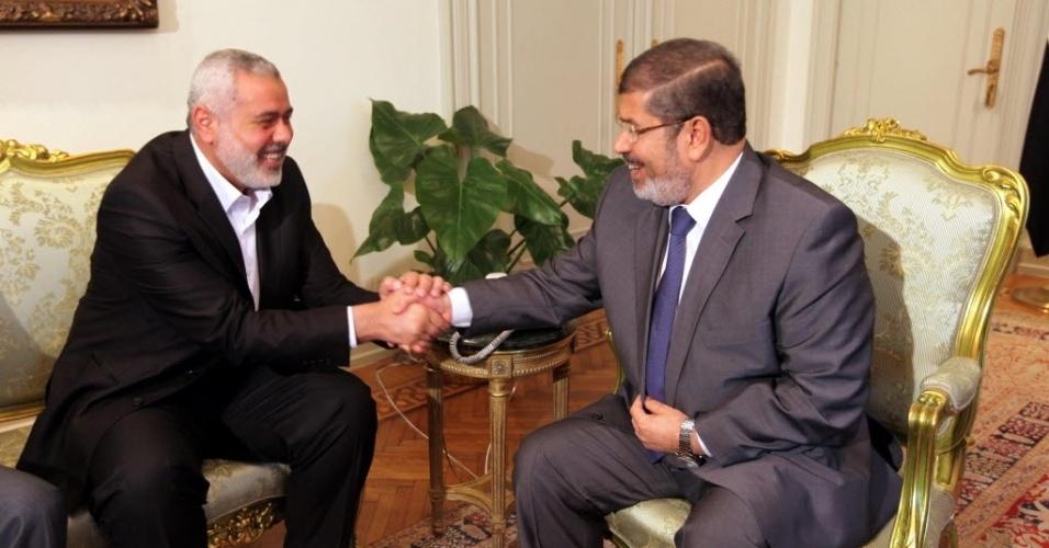 26.jul.2012 -  Ismail Haniyeh (esq.), líder do grupo islâmico Hamas, se reuniu com o presidente do Egito, Mohamed Mursi, no Cairo, nesta quinta-feira