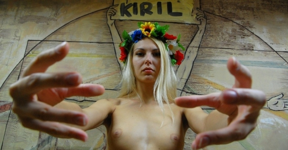 26.jul.2012 - O grupo feminista ucraniano Femen divulgou foto nesta quinta-feira (26), onde uma das ativistas aparece protestando contra a visita do lder da igreja ortodoxa russa, Patriarca Kirill, no aeroporto de Borispol, na Ucrnia