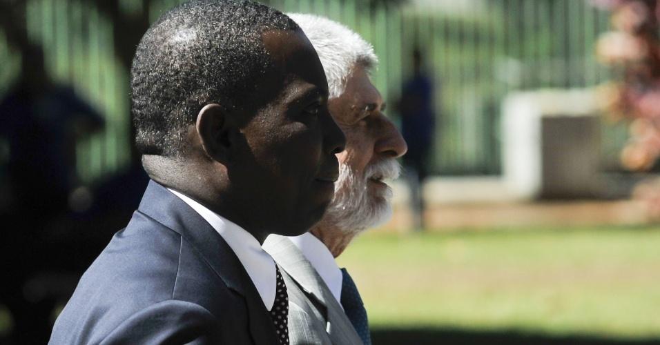 26.jul.2012 - O ministro da Defesa, Celso Amorim, recebe com honras militares o ministro da Defesa do Haiti, Jean Rodolphe Joazile, em Brasília, nesta quinta-feira