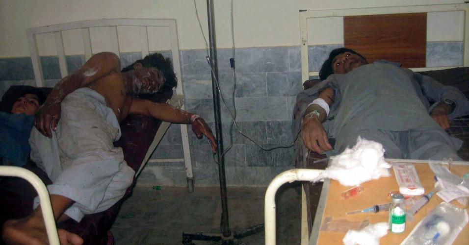 26.jul.2012 - Paquistaneses feridos após atentado a bomba em mercado em uma zona tribal no oeste do Paquistão, nesta quinta-feira (26), recebem tratamento médico em hospital em Bajaur.