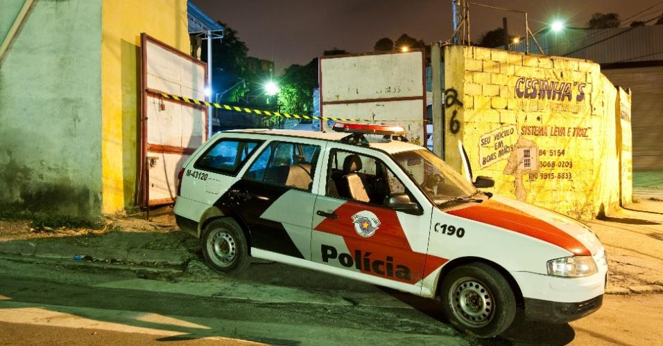 26.jul.2012 - Polícia isola local onde ao menos três pessoas foram mortas em uma chacina na Vila Nova Galvão, zona norte de São Paulo. Por volta das 21h30, homens em duas motos dispararam vários tiros contra ao menos quatro adultos e um adolescente dentro de um lava-rápido e estacionamento