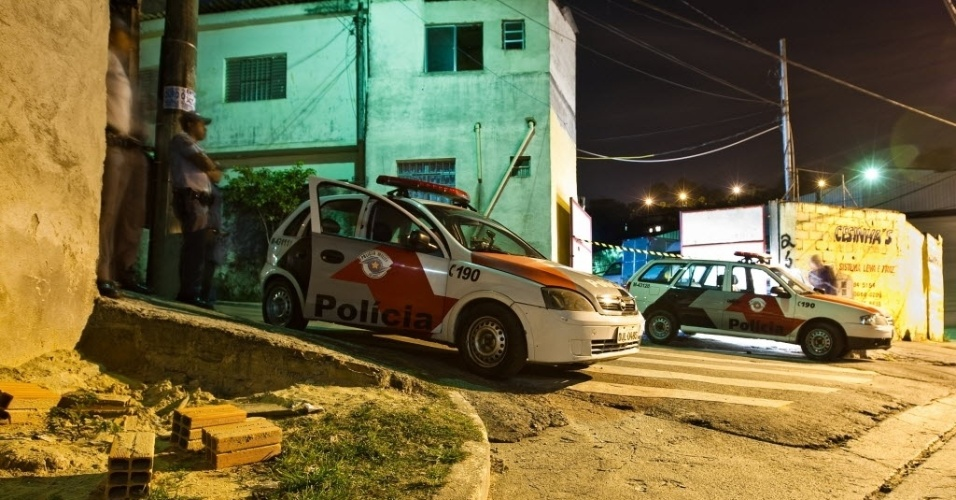 26.jul.2012 - Policiais inspecionam lava-rápido e estacionamento onde cinco pessoas foram baleadas. Três pessoas morreram, na noite de quarta-feira (25), em uma chacina na rua Morro do Livramento, na Vila Nova Galvão, zona norte de São Paulo