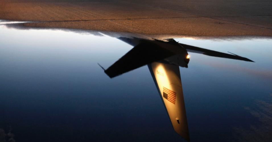 26.jul.2012 - Reflexo de caça da Força Aérea norte-americana é visto no aeroporto de New Orleans (EUA) na noite desta quarta-feira (25)