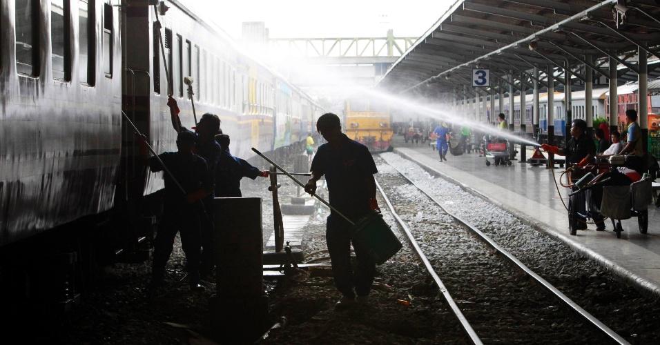 26.jul.2012 - Trabalhadores limpam trem em Bancoc, na Tailândia, nesta quinta-feira (26)