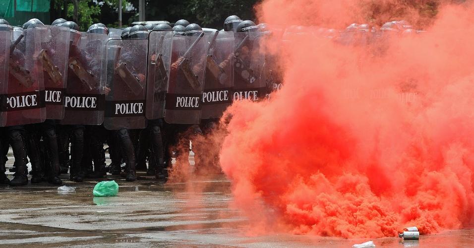 26.jul.2012 - Tropa de choque tenta controlar manifestantes nesta quinta-feira (26) em frente ao prédio da Divisão de Supressão de Crimes em Bancoc, na Tailândia. Mais de 90 pessoas morreram por conta da violência no país em 2010