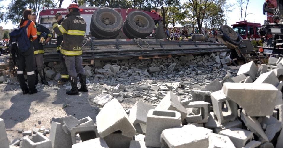 26.jul.2012 - Um caminhão carregado com tijolos tombou em Ferraz de Vasconcelos, na região metropolitana de São Paulo, deixando motorista e passageiros feridos na manhã desta quinta-feira (26)