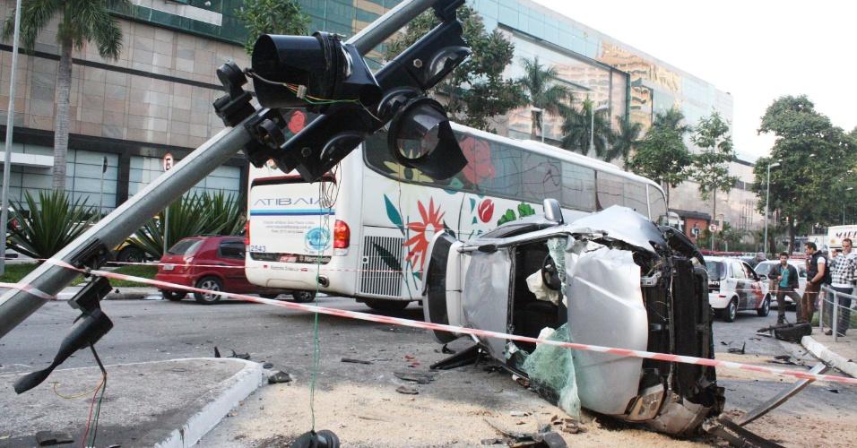 26.jul.2012 - Um carro capotou na manhã desta quinta-feira (26) na avenida Chucri Zaidan, próximo ao shopping Morumbi, zona sul de São Paulo. A motorista do veículo foi detida por suspeita de embriaguez