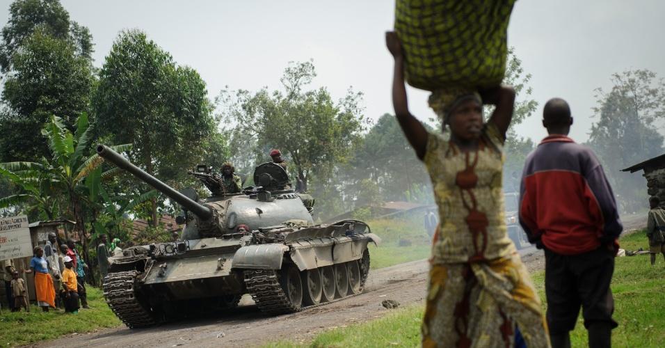 26.jul.2012 - Um tanque passa pela vila de Rugari, no Congo, numa região onde a guerra civil tem se acirrado nas últimas semanas