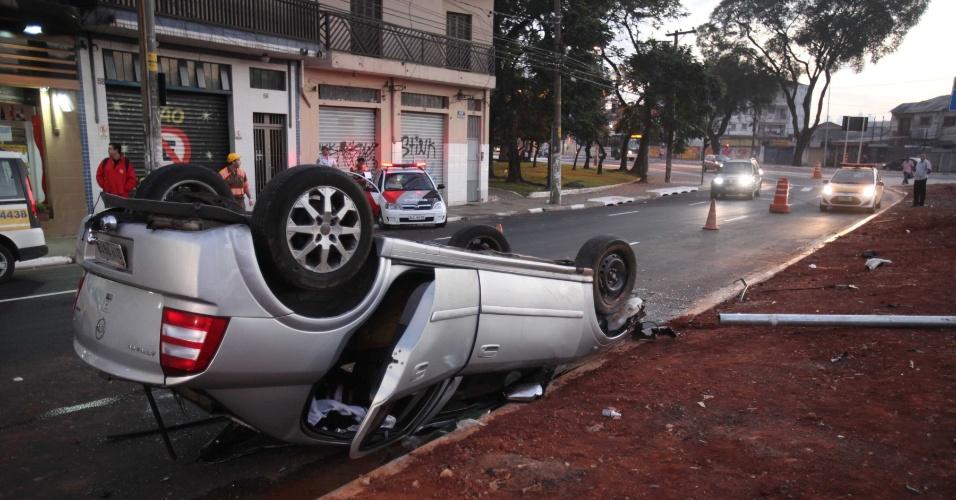 26.jul.2012 - Veículo roubado, que estava sendo perseguido por viaturas da Polícia Militar, capotou na madrugada desta quinta-feira (26) ao entrar na praça do Monumento, no bairro do Ipiranga, zona sul de São Paulo