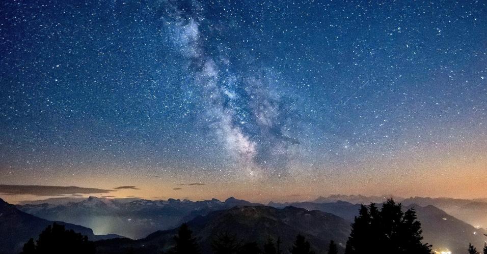 26.jul.2012 - Via Láctea brilha nesta quinta-feira (26), antes do nascer do sol em Stanserhorn, na Suíça