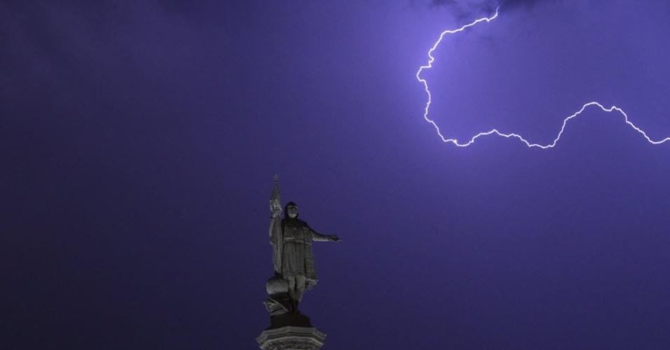 26.jul.2012- Raios surgem no céu de Madri, Espanha, perto da estátua de Cristóvão Colombo