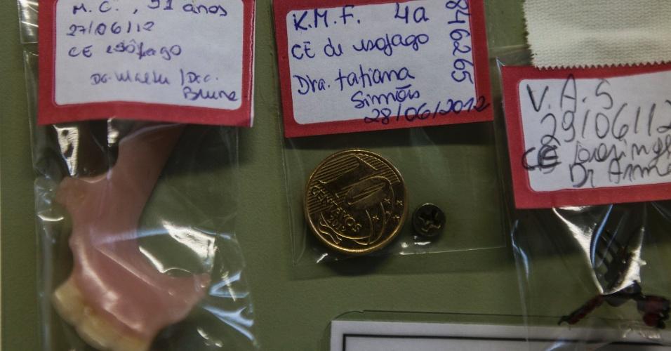 27.jul.2012 - Diversos tipos de objetos engolidos por pacientes do Hospital Municipal Souza Aguiar, no centro do Rio de Janeiro, são expostos em um mural. A lista é extensa e inclui moedas, brincos, pulseiras e outros itens