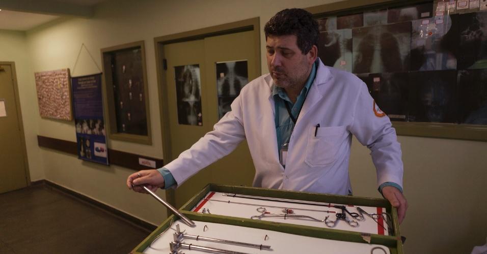 27.jul.2012 -O médico otorrinolaringologista Walter Machado, do Hospital Municipal Souza Aguiar, no centro do Rio de Janeiro, coleciona objetos bizarros engolidos por pacientes que são atendidos por ele no hospital