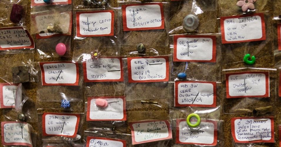 27.jul.2012 - Objetos estranhos engolidos por pacientes são colocados em murais no Hospital Municipal Souza Aguiar, no centro do Rio de Janeiro