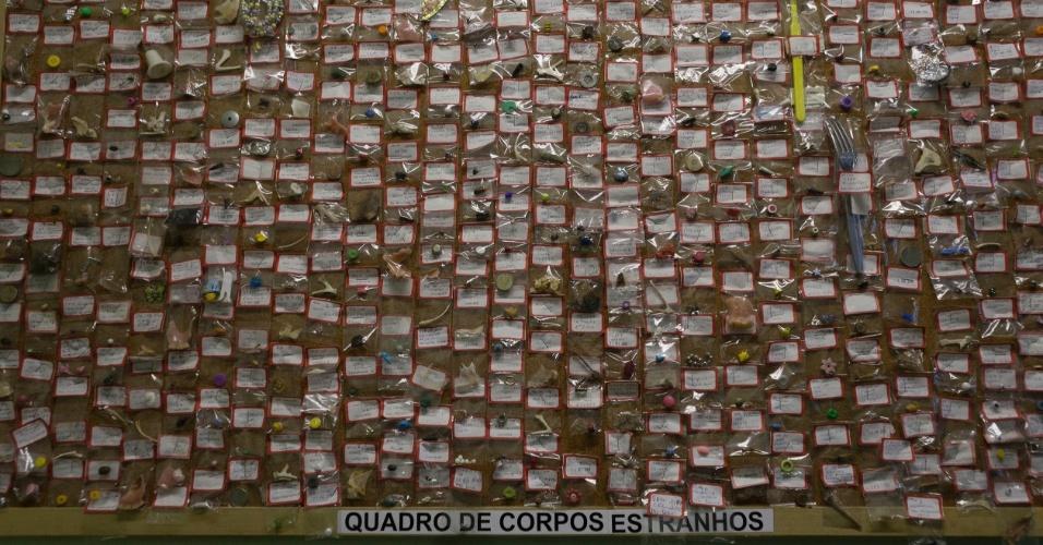 27.jul.2012 - Objetos estranhos engolidos por pacientes são colocados em murais no Hospital Municipal Souza Aguiar, no centro do Rio de Janeiro. A coleção traz tampas de refrigerantes, pulseiras, botões de roupas, brincos e outros objetos