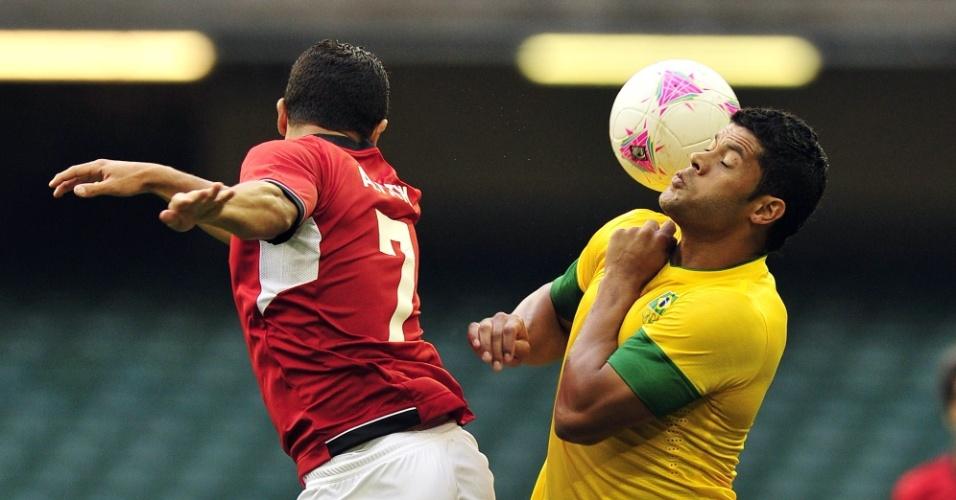 Atacante brasileiro Hulk (d) disputa a bola com o defensor do Egito Fathi na estreia dos Jogos