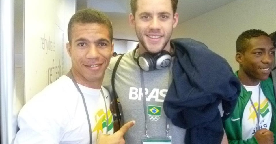 Boxeador Wallace Arcanjo tira foto ao lado de nadador Thiago Pereira, dentro do centro de treinamento da equipe brasileira, em Crystal Palace