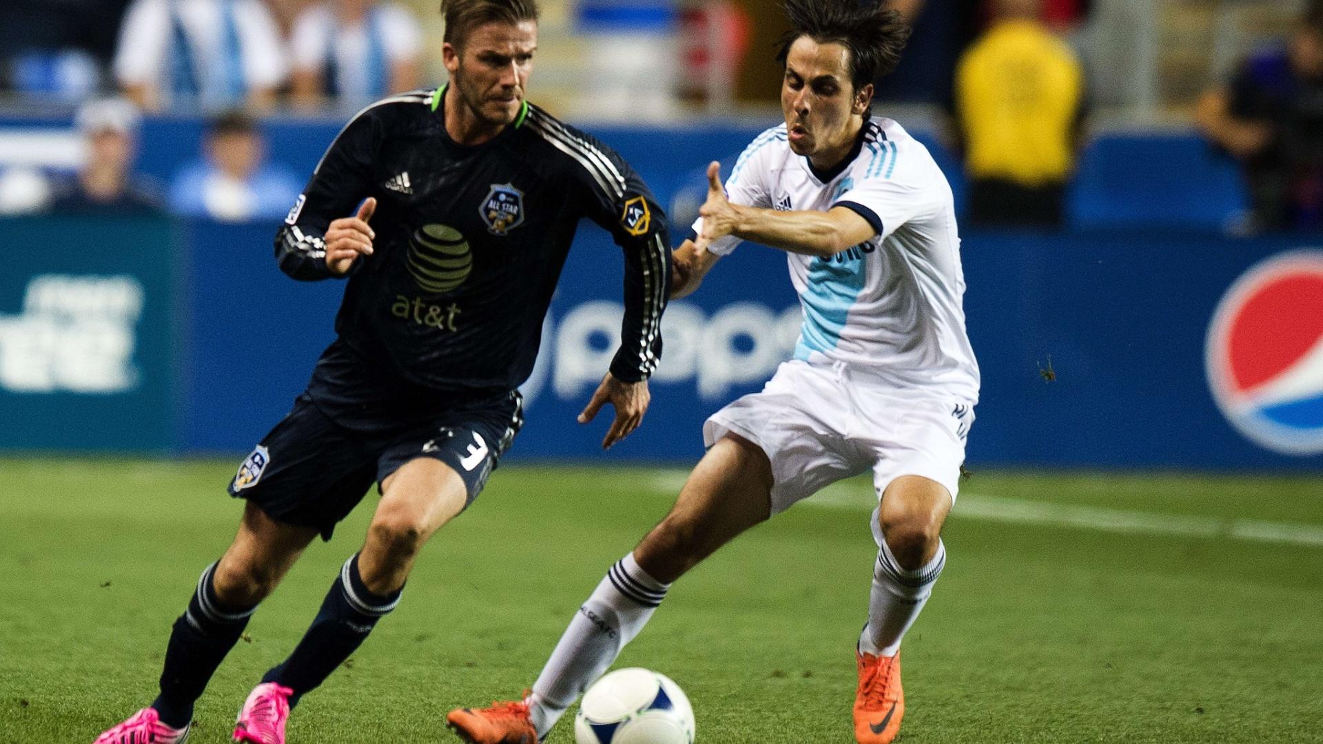 David Beckham encara marcação de Yossi Benayoun durante amistoso nos Estados Unidos