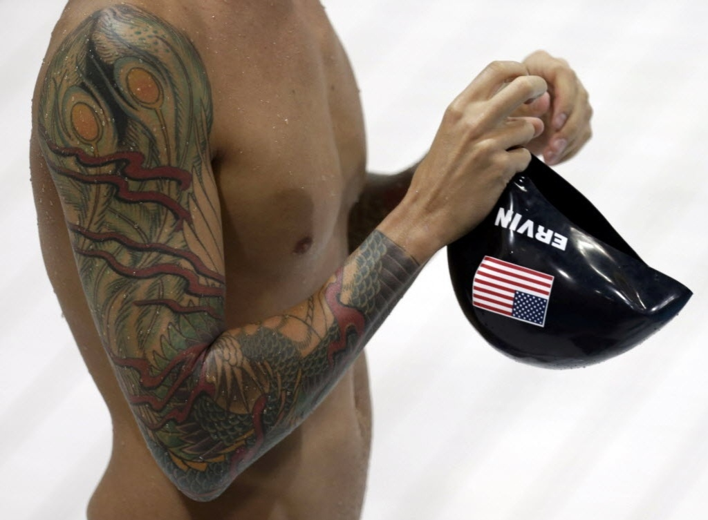 Detalhe de tatuagem do nadador norte-americano Anthony Ervin, que fechou ambos os braos com os desenhos