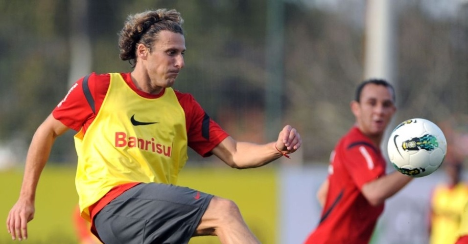 Diego Forlán domina bola durante treinamento tático do Inter no CT do Parque Gigante (26/07/12)