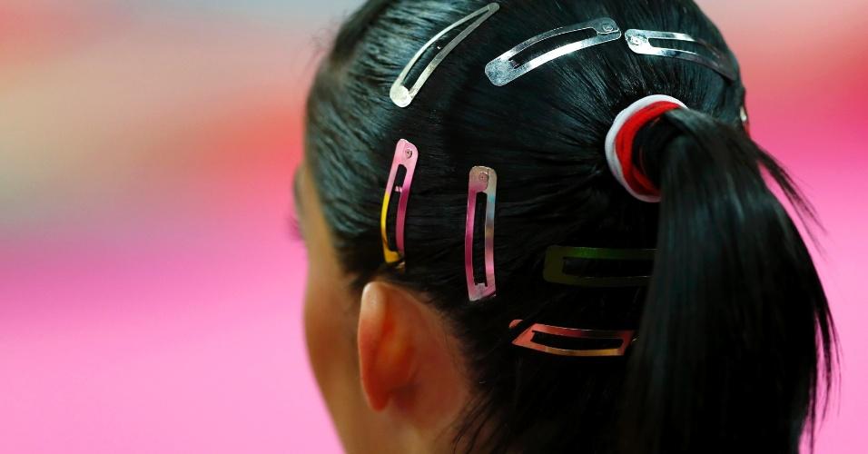 Em detalhes, os acessórios no cabelo da ginasta brasileira Daniele Hypolito durante treino de pódio (26/07/2012)