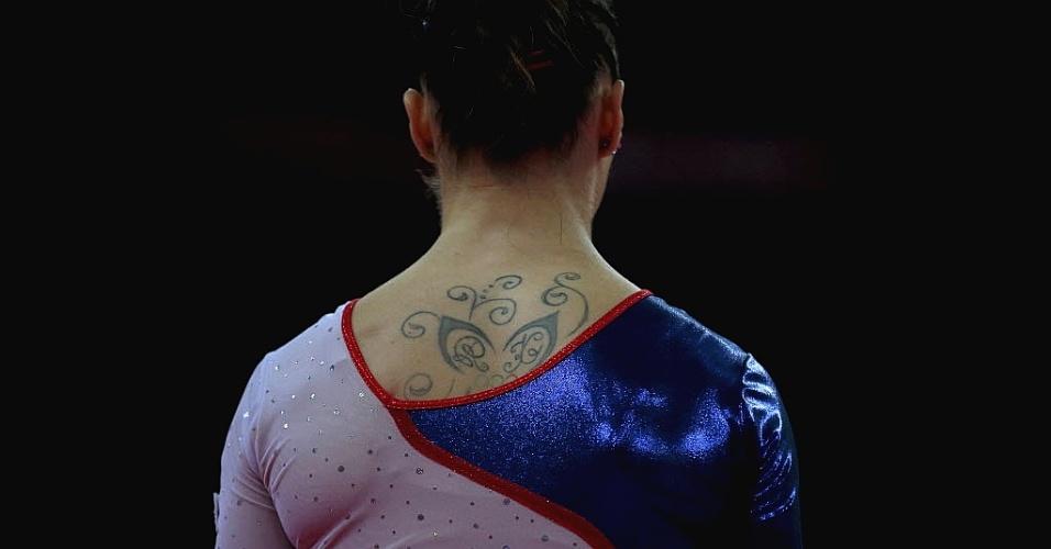 Ginasta polonesa Marta Pihan-Kulesza mostra parte de sua tatuagem nas costas, durante treino