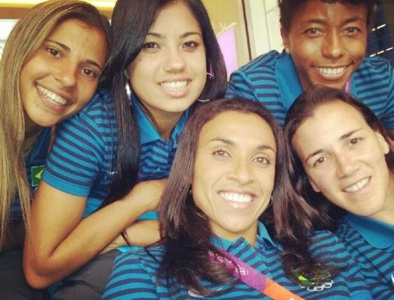 Jogadoras da seleção feminina de futebol acompanham a estréia da equipe masculina do Brasil contra o Egito