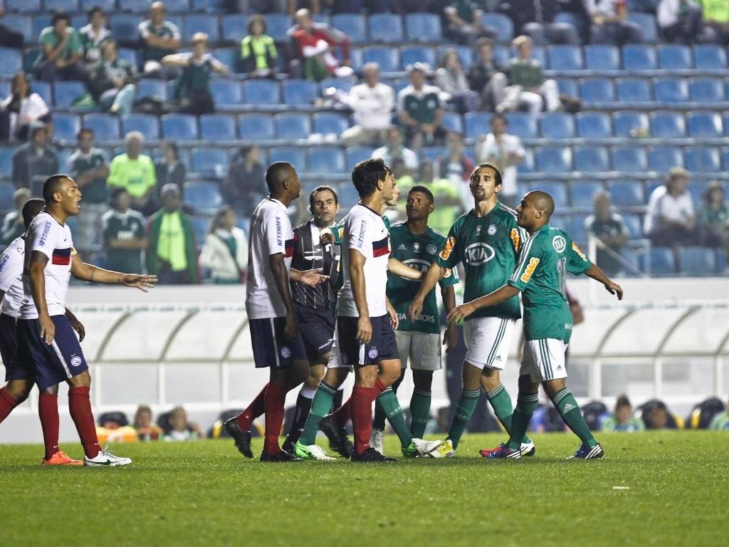Jogadores de Bahia e Palmeiras batem boca no gramado da Arena Barueri