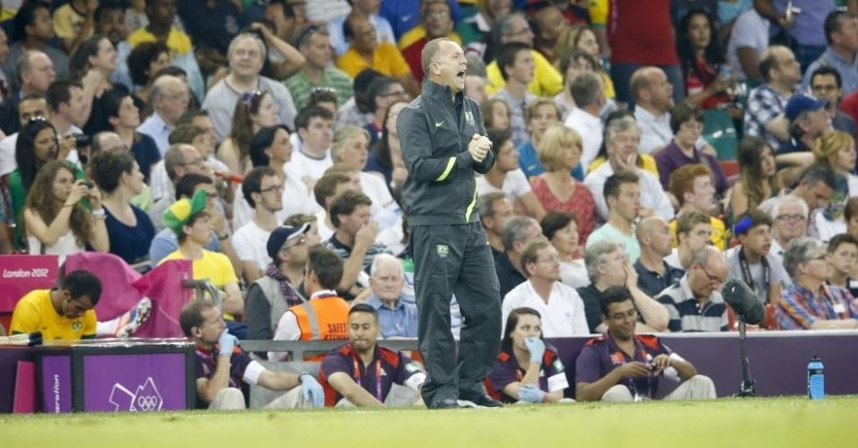 Mano Menezes grita com jogadores da seleção brasileira durante a vitória sobre o Egito