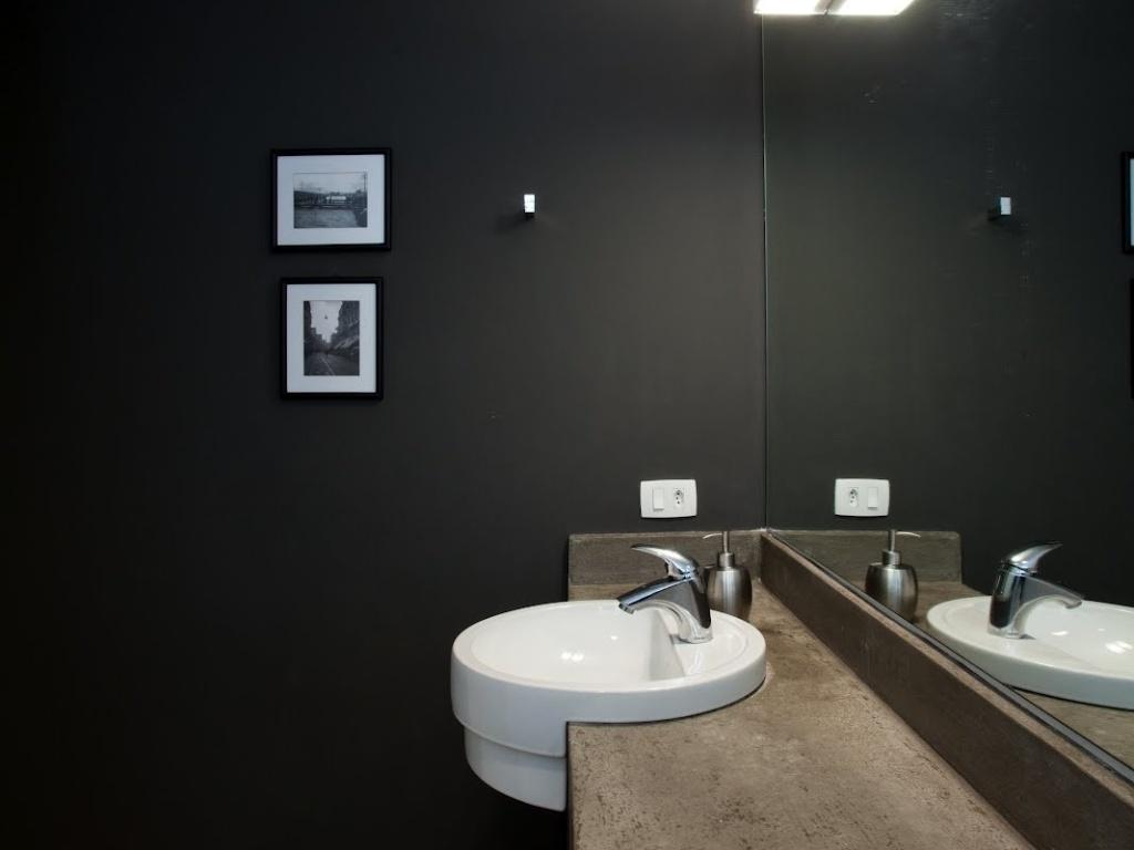 No banheiro do Apartamento 43 em São Paulo a bancada de concreto é  #6C604E 1024x768 Bancada Banheiro Concreto