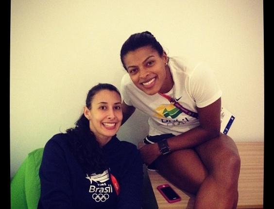 Sheilla e Fernanda Garay, jogadoras da equipe brasileira de vôlei feminino, tiram foto esperando o início de suas sessões de fisioterapia, dentro da Vila Olímpica.