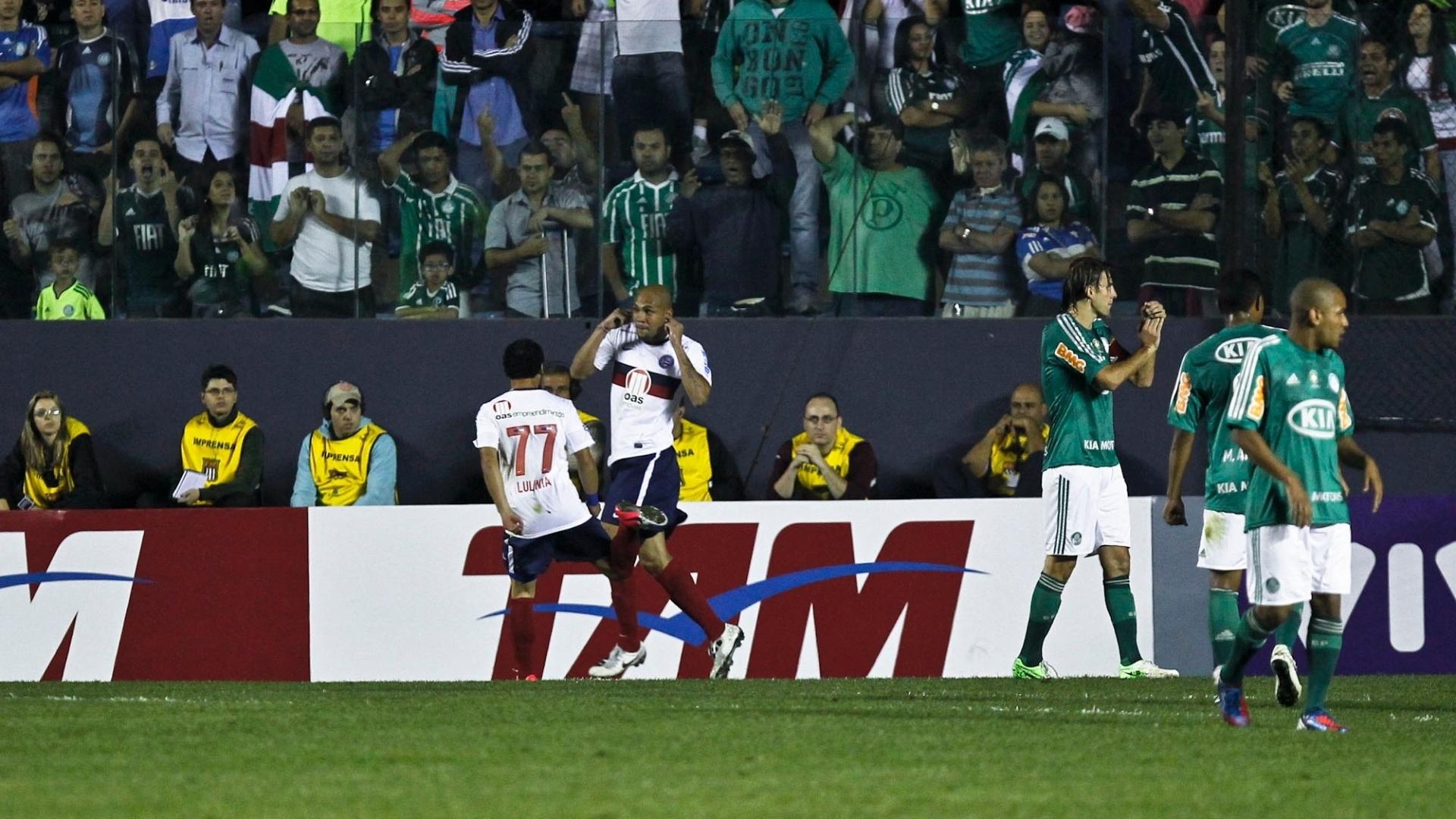 Souza comemora o primeiro gol do Bahia na partida contra o Palmeiras, em Barueri