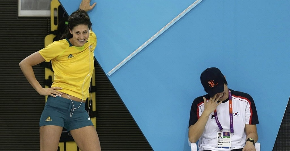 Técnico da delegação sul-coreana e a musa Stephanie Rice, da Austrália, dão risada durante em treino em Londres (26/07)