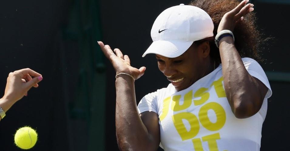 Tenista Serena Williams se assusta com bolinha indo em sua direção, às vésperas do começo do torneio olímpico