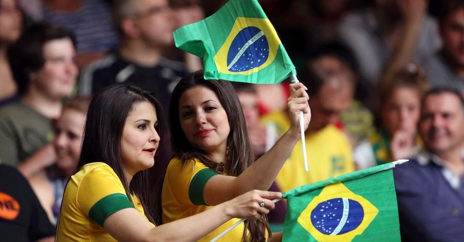 Torcedoras brasileiras fazem festa na arquibancada durante Brasil x Egito