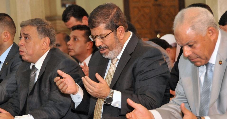 27.jul.2012 - Foto divulgada pela Presidência do Egito mostra o presidente Muhamed Mursi rezando numa mesquita de Fayoum, perto do Cairo, nesta sexta-feira (27), durante o mês do Ramadã