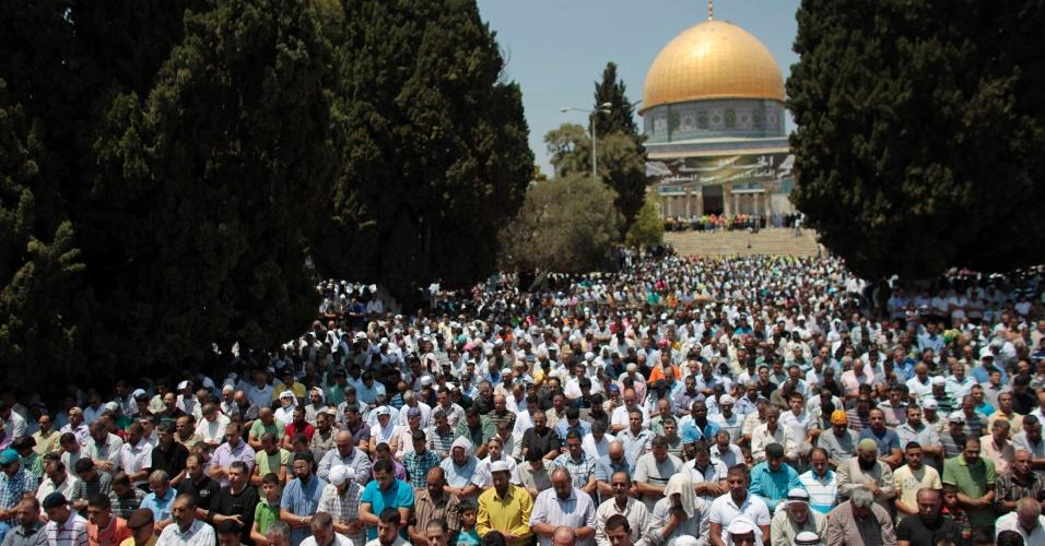 27.jul.2012 - Homens muçulmanos atendem às preces desta sexta-feira (27) durante o Ramadã, o mês sagrado do Islamismo, em frente ao Domo da Rocha em Jerusalém, em Israel