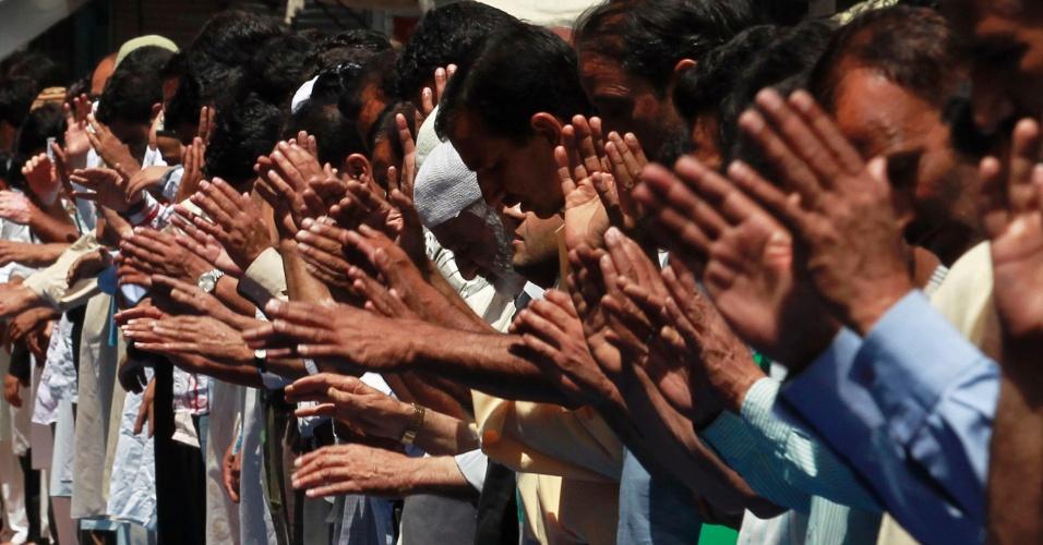 27.jul.2012 - Homens muçulmanos atendem às preces desta sexta-feira (27) durante o Ramadã, o mês sagrado do Islamismo, em Srinagar, na Índia