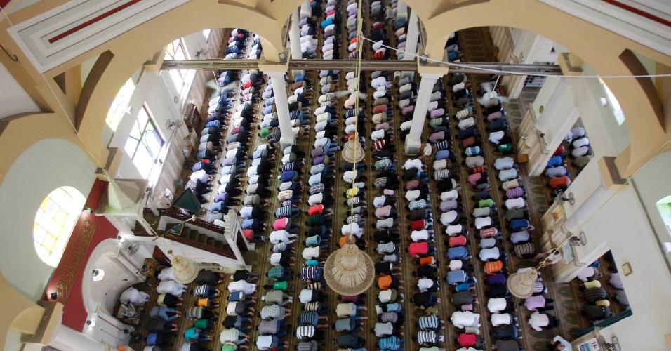 27.jul.2012 - Homens muçulmanos atendem às preces desta sexta-feira (27) durante o Ramadã, o mês sagrado do Islamismo, em um mosteiro na Cisjordânia, em Israel