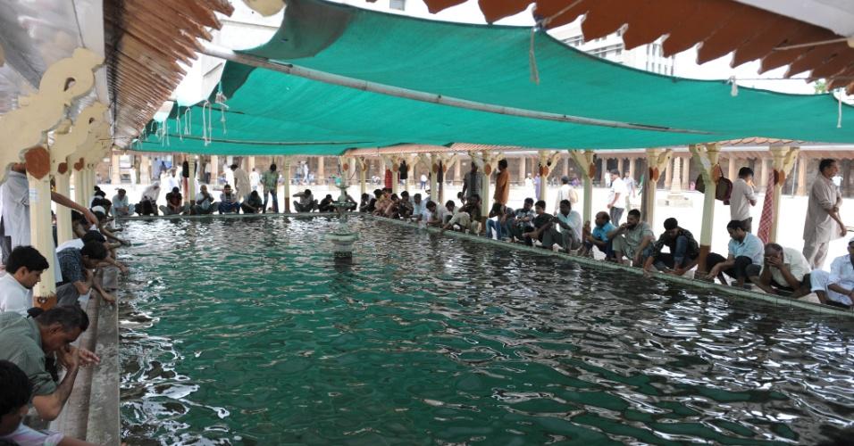 27.jul.2012 - Muçulmanos atendem às preces desta sexta-feira (27) durante o Ramadã, o mês sagrado do Islamismo, em Ahmedabad, na Índia