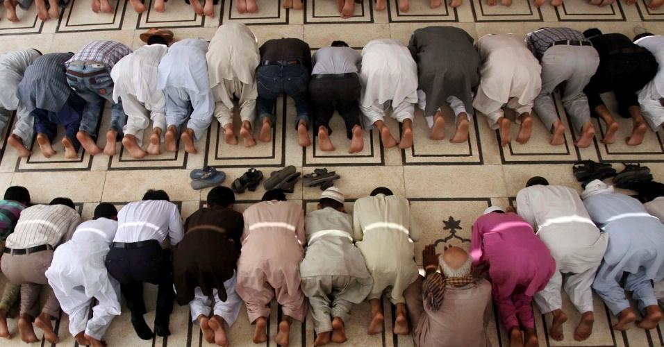 27.jul.2012 - Muçulmanos atendem às preces desta sexta-feira (27) durante o Ramadã, o mês sagrado do Islamismo, em Karachi, no Paquistão