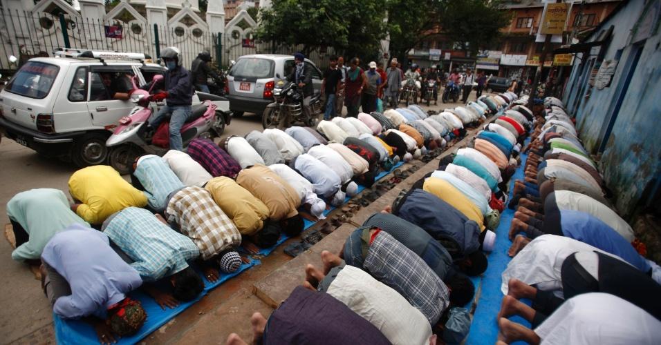 27.jul.2012 - Muçulmanos atendem às preces desta sexta-feira (27) durante o Ramadã, o mês sagrado do Islamismo, em Katmandu, no Nepal