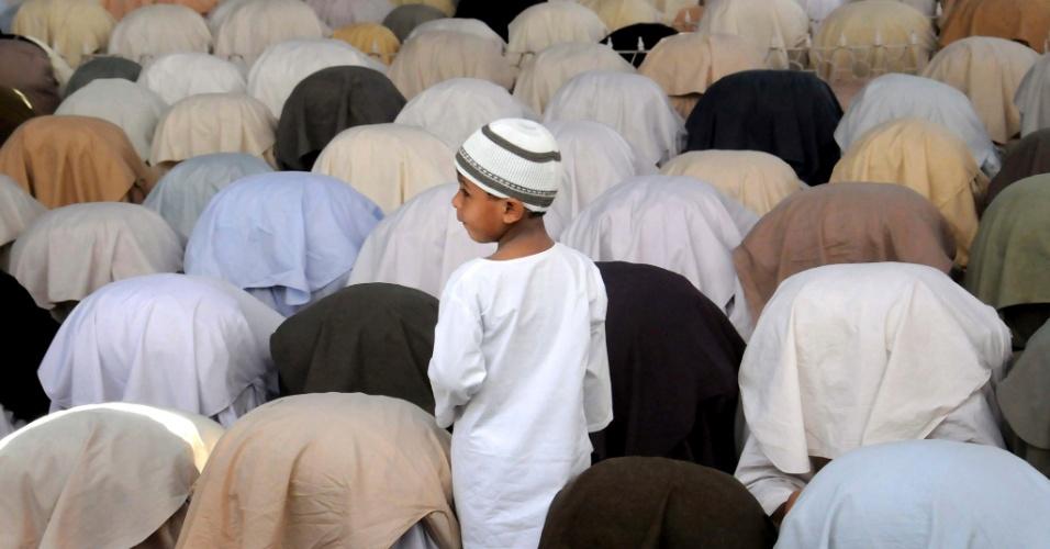 27.jul.2012 - Muçulmanos atendem às preces desta sexta-feira (27) durante o Ramadã, o mês sagrado do Islamismo, em Peshawar, no Paquistão