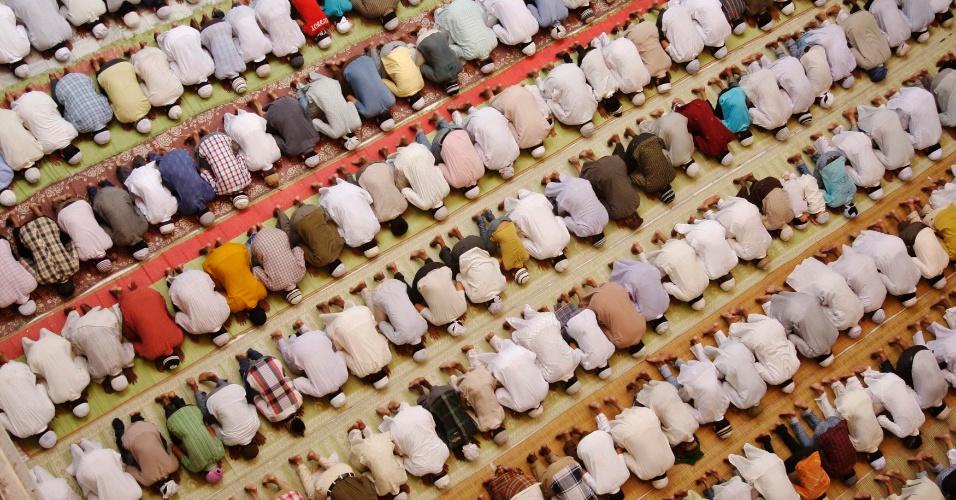 27.jul.2012 - Muçulmanos atendem às preces desta sexta-feira (27) durante o Ramadã, o mês sagrado do Islamismo, na cidade de Allahabad, na Índia
