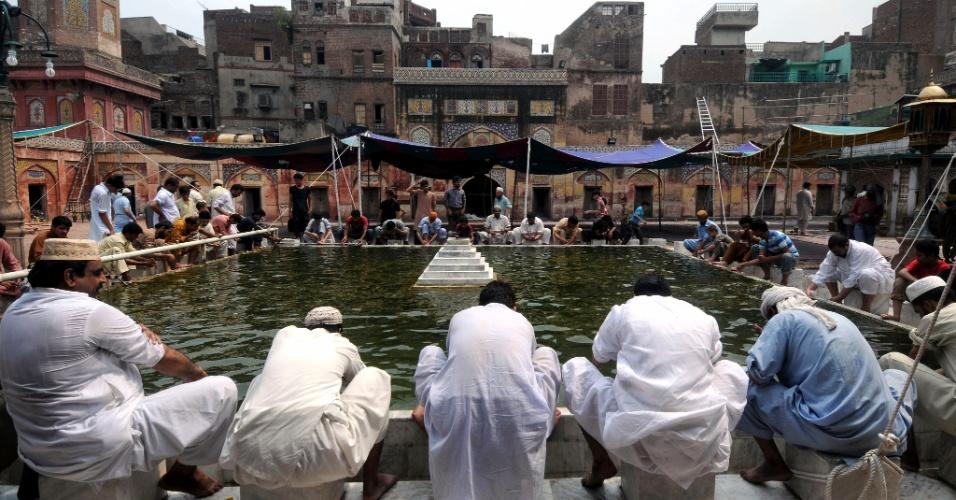 27.jul.2012 - Muçulmanos atendem às preces desta sexta-feira (27) durante o Ramadã, o mês sagrado do Islamismo, na cidade de Lahore, no Paquistão