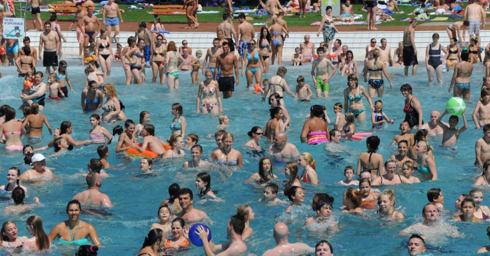 27.jul.2012 - Pessoas se refrescam em piscina na cidade de Karlsruhe, na Alemanha. Termômetros registram altas temperaturas no país durante o verão europeu