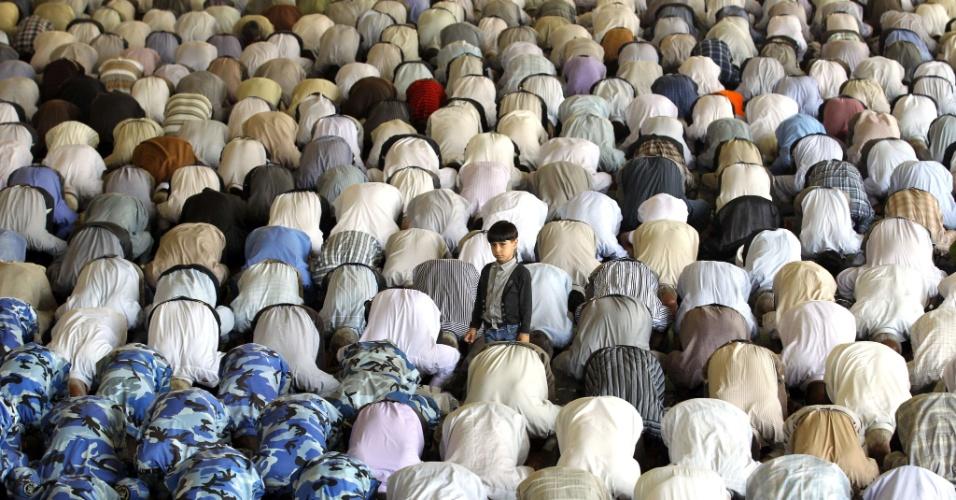 27.jul.2012 - Trabalhadores muçulmanos atendem às preces desta sexta-feira (27) durante o Ramadã, o mês sagrado do Islamismo, no campus da universidade de Teerã, no Irã
