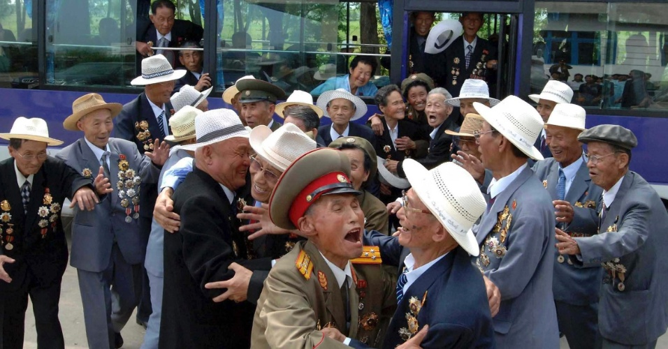 27.jul.2012 - Veteranos de guerra norte-coreanos chegam &#224; Pyongyang para celebrar o 27 de Julho, dia do armist&#237;cio da Guerra das Coreias, nesta quinta-feira (26). O combate entre Coreia do Sul - capitalista e apoiada pelos EUA - e a Coreia do Norte - socialista e que teve o apoio de China e URSS - terminou h&#225; exatos 59 anos. A foto s&#243; foi divulgada pela ag&#234;ncia de not&#237;cias estatal norte-coreana nesta sexta